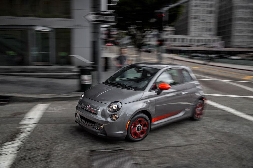 Fiat 500e driving through the city