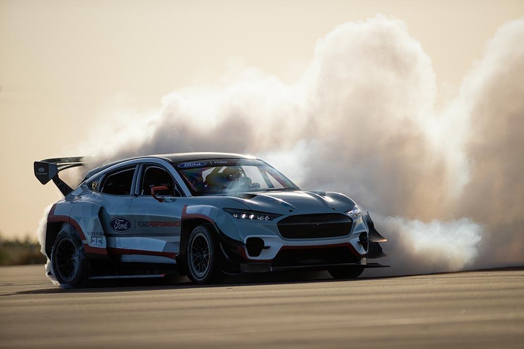 Mustang Mach E 1400 drifting